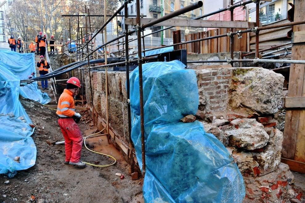 M4 Milano, il muro romano spuntato negli scavi di via De Amicis: è partita l'operazione recupero