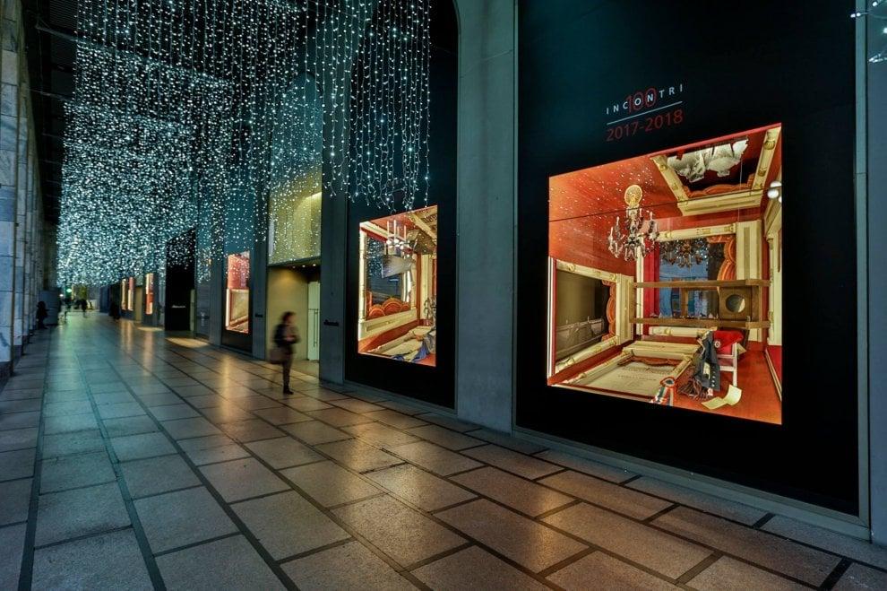 Milano, le vetrine della Rinascente si vestono per i 100 anni della Scala