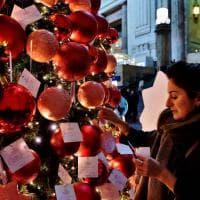 Milano, i desideri dei viaggiatori sull'albero di Natale in stazione: amore, lavoro e famiglia