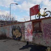 Bike sharing selvaggio a Milano, parcheggia la bici Ofo in cima a una recinzione