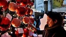 I desideri dei viaggiatori  sull'albero di Natale in  stazione: amore e viaggi