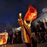 Prima della Scala, la protesta degli antagonisti: in piazza portano la