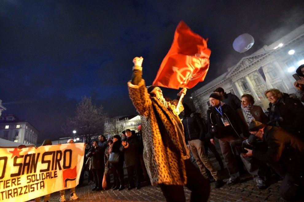 """Prima della Scala, la protesta degli antagonisti: in piazza portano la """"baracca occupata"""""""