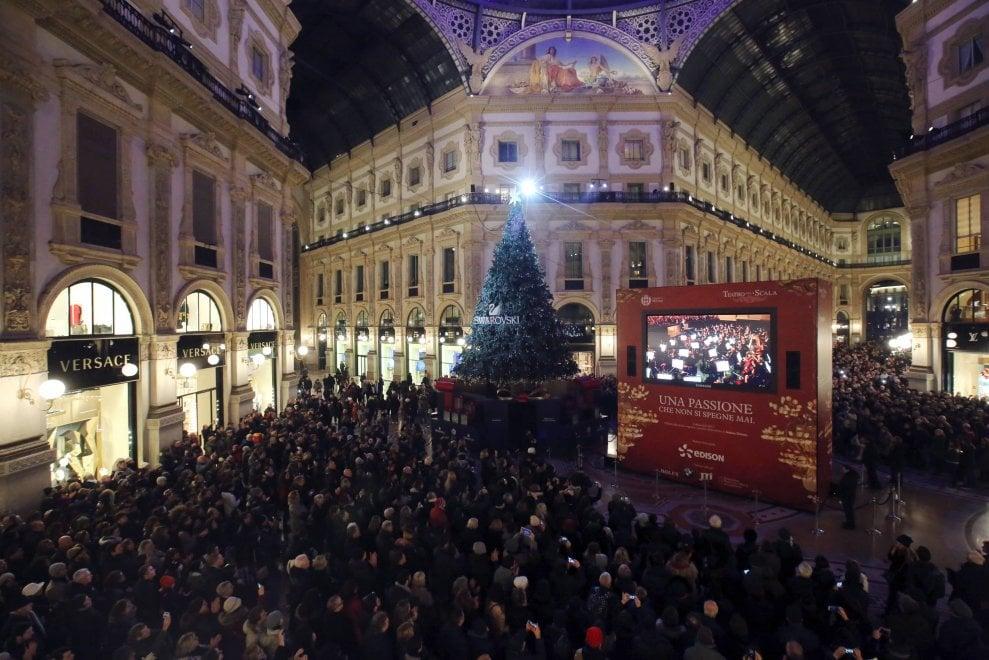 Milano, la Prima diffusa conquista: bagno di folla in Galleria per il maxischermo