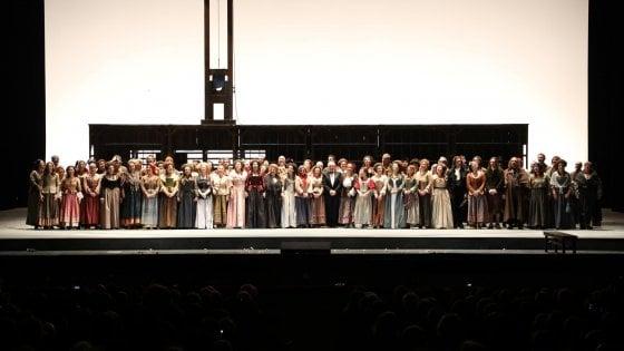 Scala, 11 minuti di applausi per l'Andrea Chénier: Boschi dribbla i fotografi ed entra dal retro