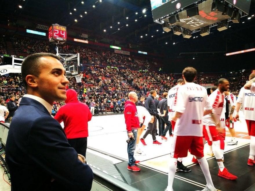 M5s, il tour di Di Maio appassionato di basket: al Forum per tifare Olimpia Milano (che però perde)