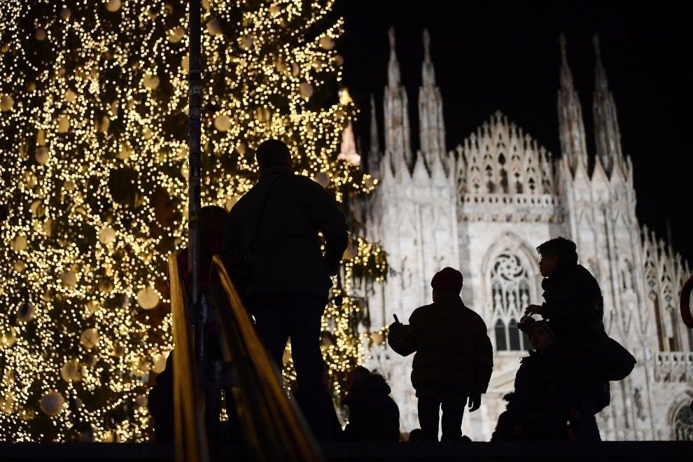 Natale a Milano, lo sponsor accende il maxi albero in Duomo: 100mila led e schermi digitali, ecco 'Vittorio'