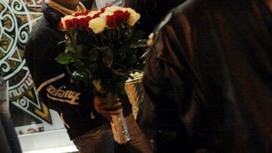 Difendono un venditore di rose accerchiato dai bulli, tre ragazzi aggrediti sui Navigli