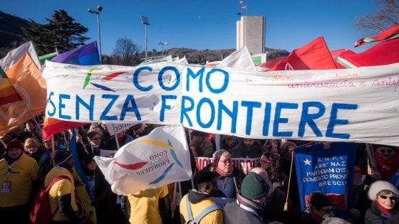 """Neofascismo, a Como canti partigiani e bandiere contro l'intolleranza: """"Siamo oltre 10mila"""""""