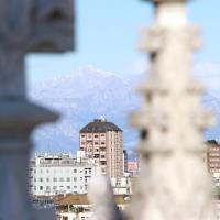 Sole e vento freddo a Milano, dal tetto del Duomo la vista sui monti