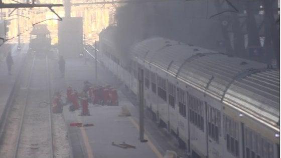 Milano, vagone Trenord prende fuoco in stazione Centrale per un corto circuito