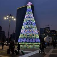 Natale a Milano, è floreale e colorato l'albero nella piazza della stazione