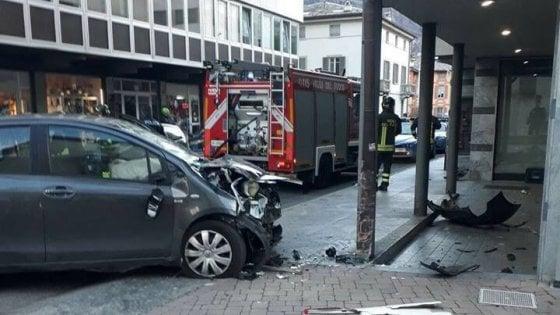 Sondrio, paura al mercatino di Natale: in auto nell'area pedonale travolge i passanti, 3 feriti