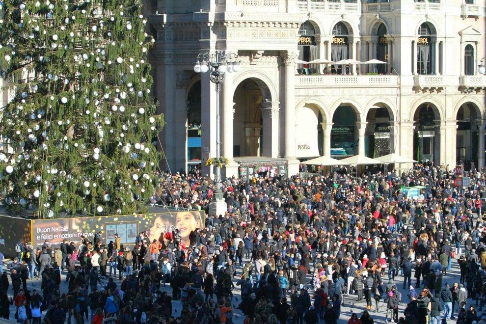 Natale a Milano, folla delle grandi occasioni in centro: in coda per l'arte, a sorpresa un concerto jazz