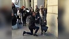 Corpo di ballo e il 'Vuoi sposarmi?': il flash mob d'amore in pieno centro