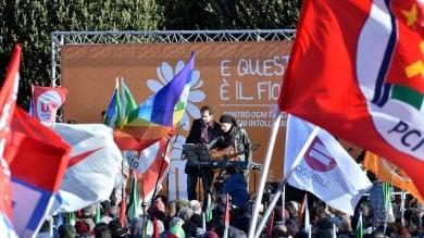 """Neofascismo, a Como canti partigiani e bandiere contro l'intolleranza: """"In 10mila""""   · livetweeting     · foto         ·videoracconto"""