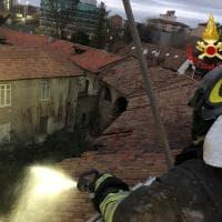Milano, brucia il tetto della cascina abbandonata