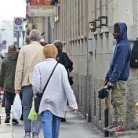 Milano, l'indagine sui mendicanti con il cappellino da baseball arriva in