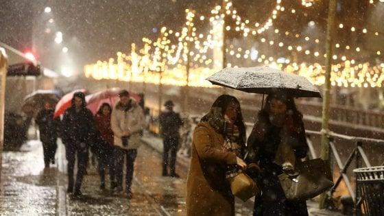 """Neve su Milano, la città imbiancata: mezzi spargisale in azione. Il Comune: """"Attenti ai marciapiedi"""""""