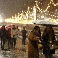 Neve su Milano, la città imbiancata: mezzi spargisale in azione. Il Comune: