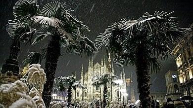 """E' arrivata la neve   , la città imbiancata      ·    foto      allerta ghiaccio, mezzi spargisale in azione Comune: """"Attenti ai marciapiedi""""   ·       ft  I social      Ft  Look invernale per le palme del Duomo"""