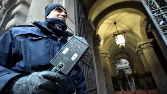 Milano, dopo il blitz di CasaPound in Comune arrivano i metal detector