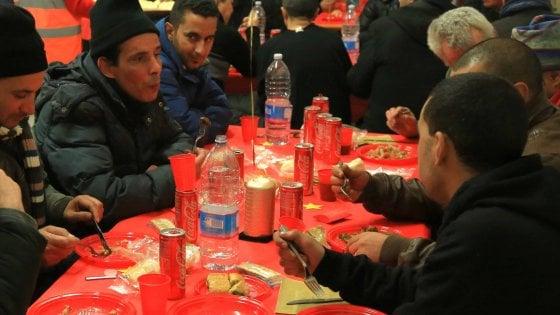 """Milano, l'appello delle feste: """"Meglio il pane spezzato dell'aragosta, invitate a cena chi ha bisogno"""""""