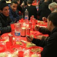 """Milano, l'appello delle feste: """"Meglio il pane spezzato dell'aragosta, invitate a cena..."""