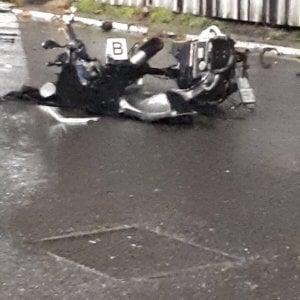 Milano, schianto all'incrocio: muore un motociclista, ferita una 60enne che era sul marciapiede