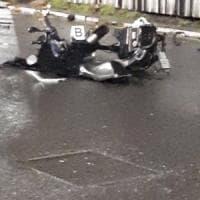Milano, schianto all'incrocio: muore un motociclista, ferita una 60enne che era sul...