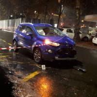 Milano, schianto all'incrocio: muore un motociclista, ferita una 60enne
