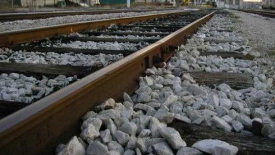 Anziani travolti e uccisi da un treno, lei era caduta per raccogliere il cappello del marito sui binari