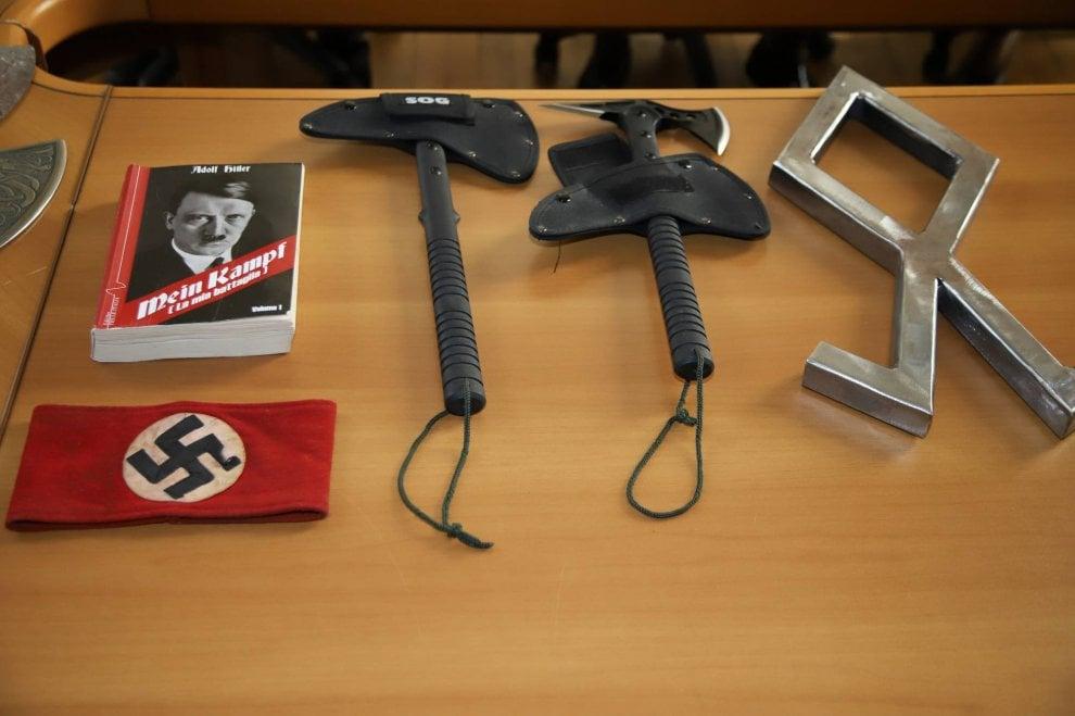 Varese, svastiche e pugnali: il campionario nazista sequestrato dalla polizia ai militanti di Do.ra