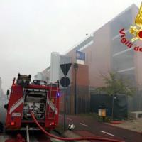 Cadavere carbonizzato in un capannone andato a fuoco a Baranzate: evacuata la scuola...