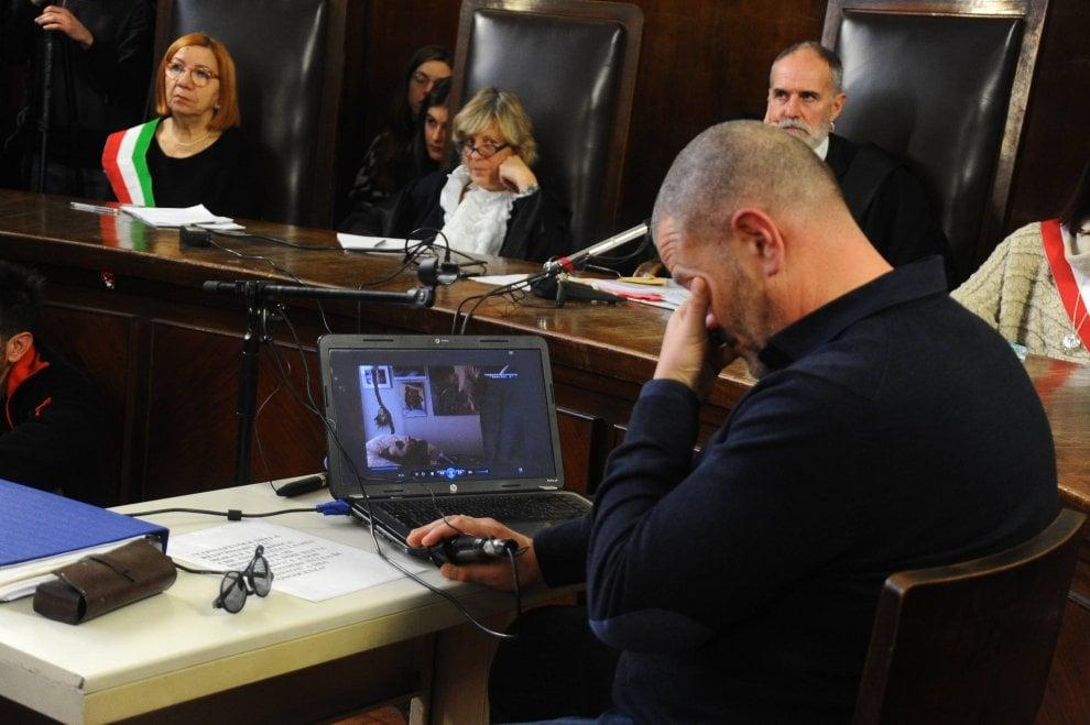 Dj Fabo, al processo la video intervista che documenta l'agonia: commozione in aula