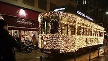 Tram di Natale vestito  a festa dallo sponsor:  cascata di luci sul Carrelli