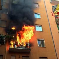 Milano, incendio in uno stabile di via Fiuggi: le fiamme divorano un appartamento