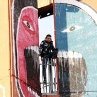 Milano, 34enne minaccia di buttarsi dalla torre A2a di piazzale Selinunte: il salvataggio