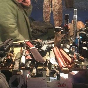 Milano, sulle bancarelle degli Oh Bej Oh Bej spunta un arsenale di armi da taglio
