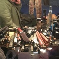 Milano, sulle bancarelle degli Oh Bej Oh Bej spunta un arsenale di armi