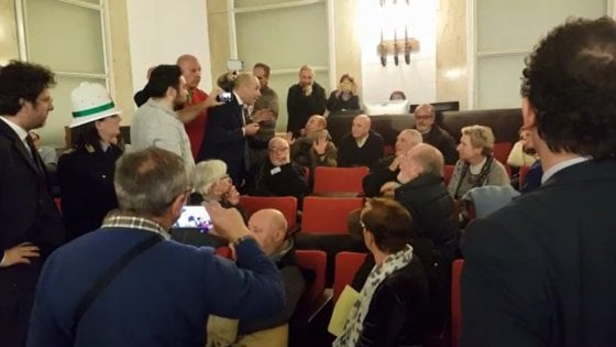 Milano, bagarre in consiglio comunale  per la mozione antifascista