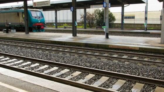 Lecco, 15enne attraversa i binari con la musica nelle cuffiette: investito dal treno, gravissimo