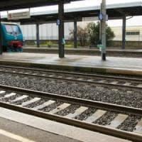 Lecco, 15enne attraversa i binari con la musica nelle cuffiette: investito dal treno,...