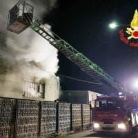 Incendi, fiamme nella ditta di manufatti in cemento nel Milanese