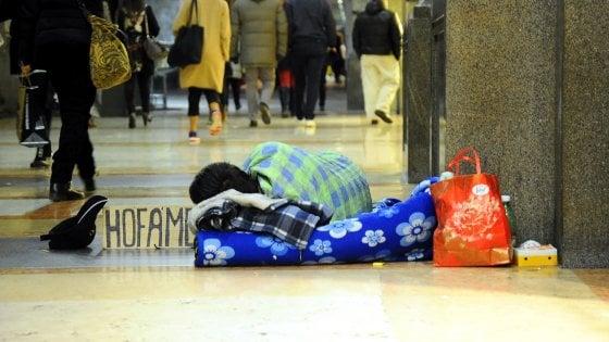 """Como, a Natale il sindaco multa i mendicanti. Le associazioni: """"Ci impediscono anche di portare cibo"""""""
