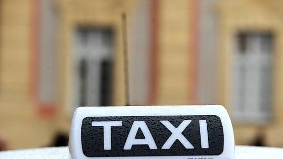 Milano, tassista finge di prestare soccorso all'anziano che ha appena investito poi lo abbandona per strada: denunciato