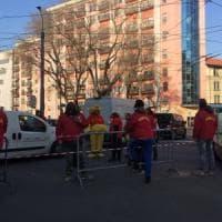 Milano, stop al luna park di Natale senza autorizzazioni: i circensi bloccano la strada, bus in ostaggio
