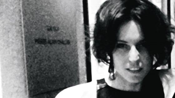 Stilista impiccata a Milano: fidanzato indagato per omicidio, disposta riesumazione del cadavere