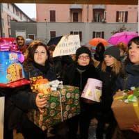 Milano, la protesta dei pacchi di Natale dei maestri di Milano: