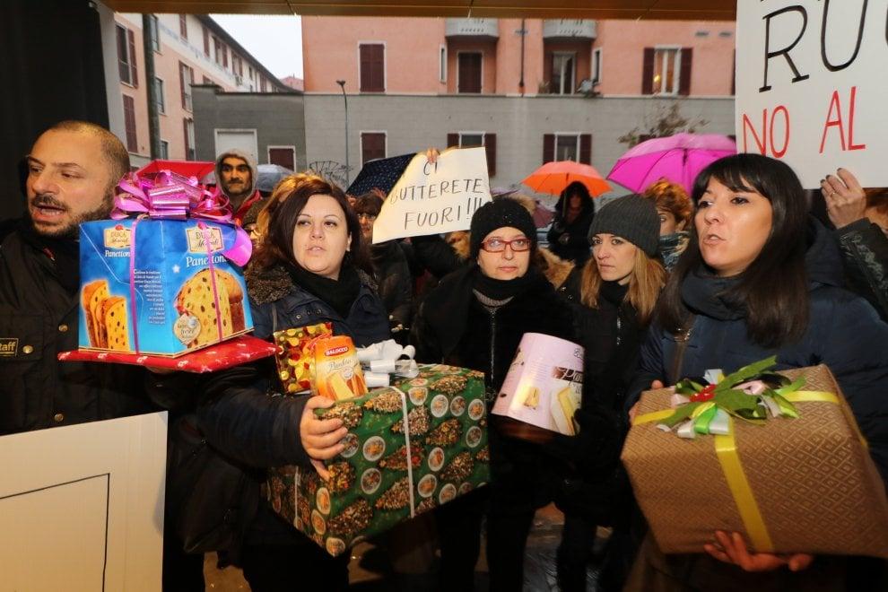 """Milano, la protesta dei pacchi di Natale dei maestri di Milano: """"No al licenziamento di massa"""""""